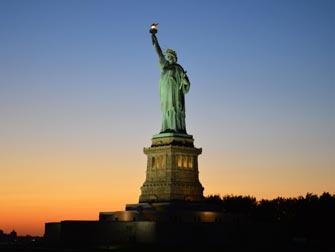 Statue of Liberty bij zonsondergang in New York