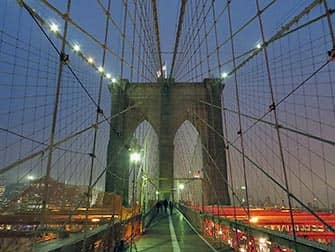Brooklyn Bridge in de avond in New York