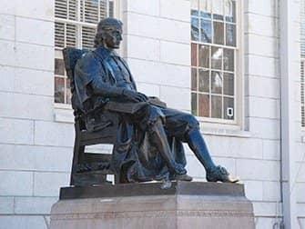 New York naar Boston met de bus - Standbeeld John Harvard